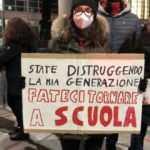 İtalya'da okulların açılması ertelendi, öğrenciler sokağa döküldü!