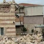 Şiddetli fırtınada, minare evin üzerine devrildi