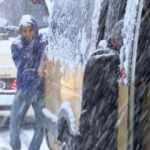 Gaziosmanpaşa'da yollar buz tuttu; yolda kalan minibüsü yolcular itti