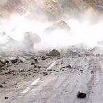 Korku dolu anlar! Dev kaya parçası yolu trafiğe kapattı