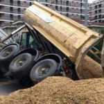 Beylikdüzü'nde yol çöktü, kamyon devrildi
