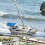 Bodrum'da kuvvetli rüzgar nedeniyle tekne kıyıya sürüklendi