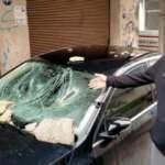 Fırtınanın binadan kopardığı beton parçaları otomobilin üzerine düştü