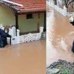 İzmir'de sağlık çalışanı beline kadar gelen suyu aşıp hastasına müdahale etti