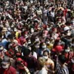 Myanmar'da halk askeri darbeye karşı sokağa çıktı