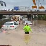 Sel nedeniyle yolda kalan vatandaşlar için polis seferber oldu