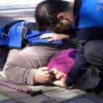 Bursa'da parkta düşen kadına zabıta yetişti! Kadının üstüne montunu serdi, eliyle yastık yaptı