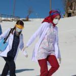 Sağlık ekipleri karlı kaplı yollarda kapı kapı dolaşıp aşı yapıyor