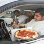 Kuveyt'teki restoranlardan arabada servis için yaratıcı çözüm