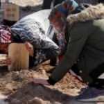 Kızına mezar taşını öperek veda etti!