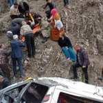 Servis minibüsü 300 metrelik uçuruma devrildi! 2 ölü, 27 yaralı