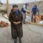 Tuvaleti ve banyosu olmayan kerpiç evde yaşayan 72 yaşındaki kadına belediyeden destek