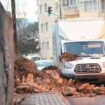 İstinat duvarı park halindeki kamyonetin üzerine yıkıldı