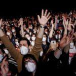 İspanya'da sosyal mesafesiz kovid deneyi: Binler bir araya geldi!