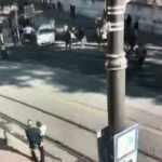 Sultanahmet'te hareketli anlar: Kavga ettiği kişilerin üzerine otomobilini sürdü
