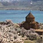 Akdamar Adası badem çiçekleriyle renklendi