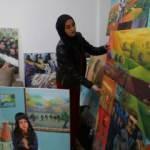 Filistinli mülteci kız kardeşler kalabalık ailelerini resim yaparak geçindiriyor