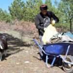 Keçisiyle dağ tepe dolaşıp çöp topluyor