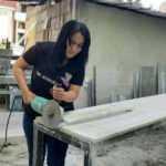 Mermer ustası kadın, mezar taşı işini kendi sürdürüyor