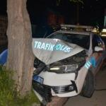 Polis aracı, kovalamaca sırasında ağaca çarptı