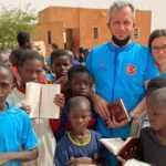 Türk baba, hayat tecrübesi kazandırmak için kızını Afrika'ya yardım faaliyetine götürdü