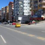 El freni çekilmeyen tır park halindeki araçlara çarptı