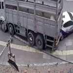 Freni boşalan kamyon park halindeki araçları adeta biçti