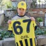 Mesut Özil'den down sendromlu Efe Şahin'e imzalı forma