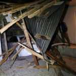 Şiddetli rüzgar evlerin çatılarını uçurdu