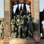 Taksim Cumhuriyet Anıtı'ndaki o detayı yıllarca kimse fark etmedi!