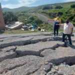 İzmir'de dev yarıklar yüzünden tahliye edilen ev yıkıldı, 5 ev daha boşaltıldı