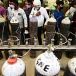 Hindistan'da aşı ve oksijen tüpü sıkıntısı sürüyor