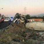 İzmir'de çimento yüklü tırın devrildi: 2 ölü