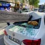 Korkunç kaza! Demir çubuklar otomobile saplandı, 3 kişi ölümden döndü