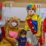 Palyaço kıyafeti giyen hemşireler hasta çocukları eğlendirdi