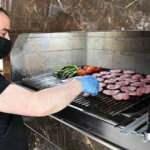 Sivas'ın tescilli köftesi paket servisle iftar sofralarına ulaştırılıyor