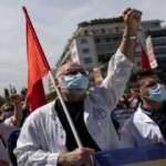 Yunanistan'da işçi ve memurlar sokakta