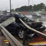 Kaza yapan araç bariyere saplandı