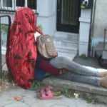 Beyoğlu'nda Afrikalı kadın 5 gündür aynı duvarda oturuyor!