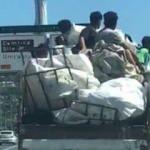 Kadıköy'de kamyonet kasasındaki tehlikeli yolculuk kamerada