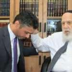 BAE'li büyükelçi Yahudi din adamının önünde diz çöküp dua istedi