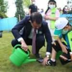 Bakan Kurum, minik çevre müfettişinin ayakkabısındaki çamurları temizledi