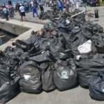2 saatte deniz ile sahilden 1 ton çöp topladılar