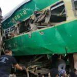 Pakistan'da içerisinde 17 kişi bulunan otobüs nehre düştü