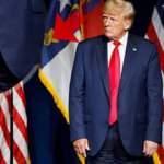 Trump'ın geri dönüşü efsane oldu: Ters pantolon ile sahneye çıktı!