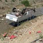 Kamyonet takla atarak su kanalına düştü