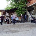 Erzurum'da öğrenciler ders zamanı muhtarın evinin çevresinde toplanıyor!