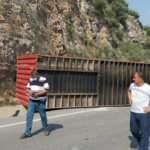 Savrulan TIR'dan yola konteyner düştü