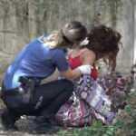 Apartman bahçesinde bu halde bulundu! Polis ikna edip hastaneye götürdü