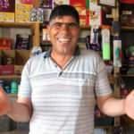 'Gülen adam' gelen müşterilerini gülme krizine sokuyor!